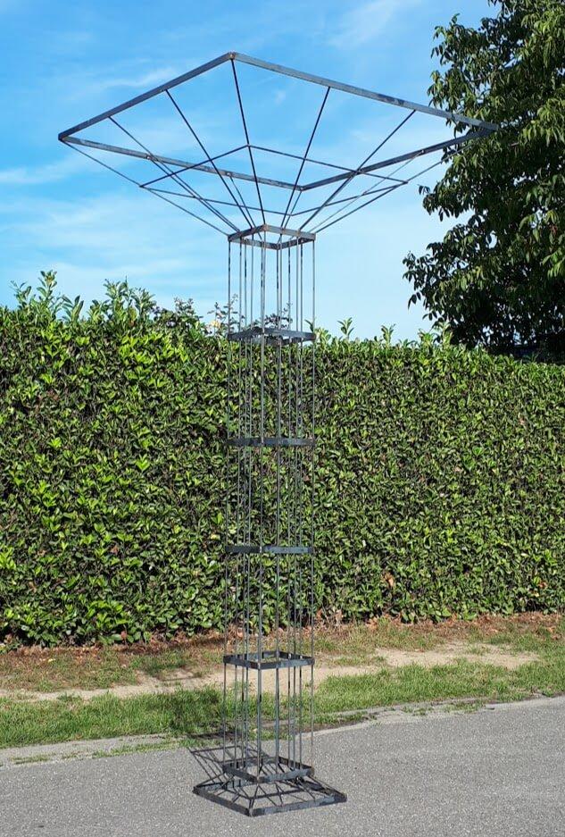 zuil van metaal voor een groene heg