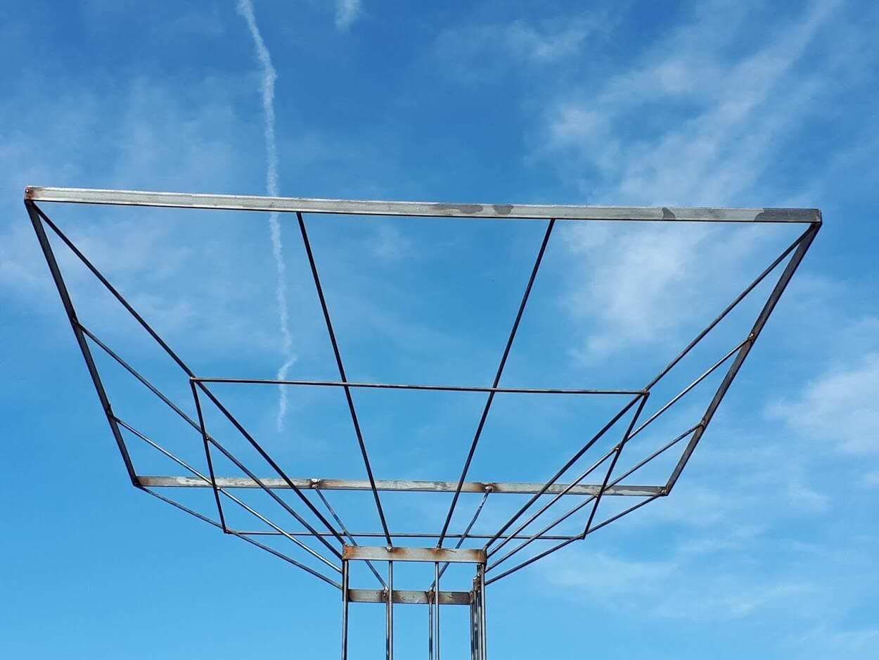 Vierkante metalen doorkijk met blauwe lucht