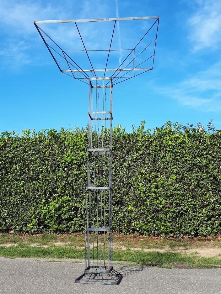 Metalen staander voor een groene heg